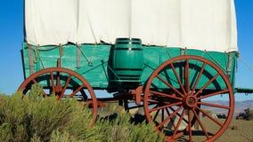 Vagone coperto sulla prateria nell'Oregon orientale fotografia stock libera da diritti
