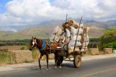 Vagone del ` s dell'agricoltore che sostiene onere gravoso, Cuba Immagine Stock