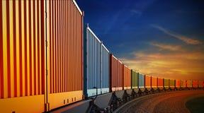 Vagone del treno merci con i contenitori sui precedenti del cielo Fotografia Stock