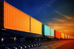 Vagone del treno merci con i contenitori sui precedenti del cielo Fotografie Stock