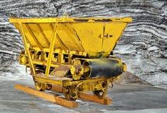 Vagone di estrazione mineraria nella miniera di sale fotografie stock libere da diritti