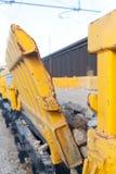 Vagone di pietra del treno merci di trasporto in deposito ferroviario fotografia stock libera da diritti