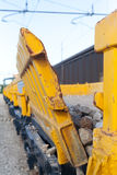 Vagone di pietra giallo del treno merci di trasporto in deposito ferroviario fotografia stock
