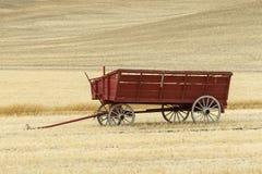 Vagone nel giacimento di grano Fotografia Stock Libera da Diritti