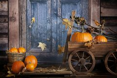 Vagone rustico delle zucche di caduta Fotografia Stock Libera da Diritti