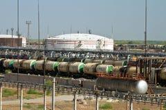Vagonetti scaricanti e di carichi di vari prodotti petroliferi a fotografia stock