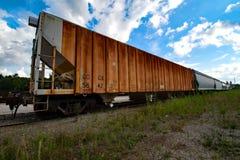 Vagoni coperti nell'attesa immagine stock