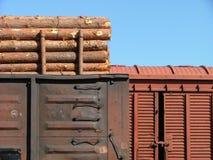 Vagoni del carico nella stazione ferroviaria fotografia stock