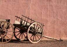 Vagoni e parete antichi del Adobe Immagine Stock