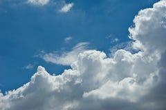 Vagos nublados del paisaje de la naturaleza del cielo azul de nimbo de la nube blanca hermosa Fotografía de archivo libre de regalías