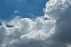 Vagos nublados del paisaje de la naturaleza del cielo azul de nimbo de la nube blanca hermosa Fotografía de archivo