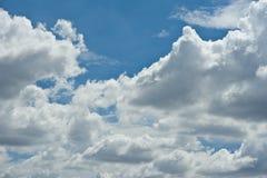 Vagos nublados del paisaje de la naturaleza del cielo azul de nimbo de la nube blanca hermosa Imagen de archivo