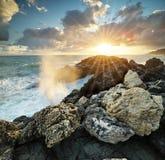 Vague éclaboussant sur la mer photographie stock