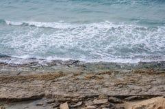 Vague éclaboussant sur les rivages rocheux Photos libres de droits