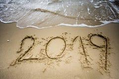 Vague avec 2019 textes sur le sable Photo libre de droits