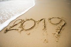 Vague avec 2019 textes sur le sable Photographie stock libre de droits