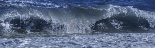 Vague côtière se cassant au banc Image stock