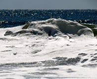 Vague couverte par blanc dans l'océan Images stock