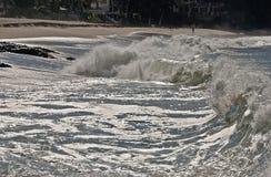 Vague déferlante approximative de l'océan pacifique image stock
