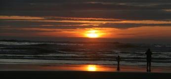 Vague déferlante au coucher du soleil Images libres de droits
