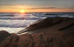 Vague déferlante au coucher du soleil Photos libres de droits