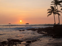 Vague déferlante au coucher du soleil Image libre de droits