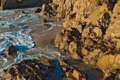 Vague déferlante d'océan au coucher du soleil Image stock