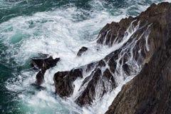 Vague déferlante d'océan heurtant des falaises photo libre de droits