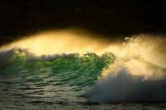 Vague déferlante d'océan rodage le début de la matinée. Photographie stock libre de droits