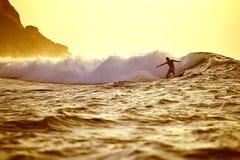 Vague déferlante de lever de soleil Photographie stock libre de droits