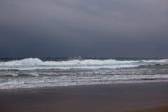 Vague déferlante de plage dans la tempête Images stock