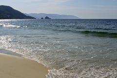Vague déferlante douce de l'océan pacifique photo libre de droits