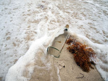 Vague déferlante du sud de plage avec la bouteille 3 Image libre de droits