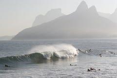 Vague déferlante en plage d'Ipanema Images stock