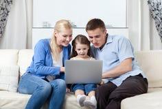Vague déferlante heureuse de famille sur l'Internet Image stock
