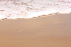 Vague déferlante lavant vers le haut sur la plage Images libres de droits