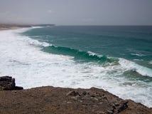 Vague déferlante mousseuse d'océan en brume de midi Photographie stock libre de droits