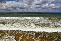 vague déferlante noire Ukraine de mer de la Crimée de côte Photo stock