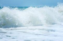 vague déferlante noire Ukraine de mer de la Crimée de côte Photos libres de droits
