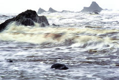 Vague déferlante orageuse et Seastacks Photographie stock