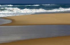 Vague déferlante, plage et regroupement de marée   Photo libre de droits