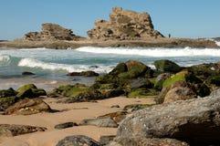 Vague déferlante, roches et sable Image libre de droits