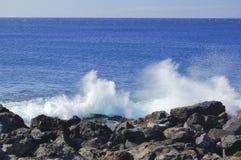 Vague déferlante se cassant sur le rivage hawaïen Image libre de droits