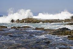 Vague déferlante se cassant sur le rivage rocheux d'océan photo libre de droits