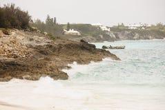Vague déferlante sur la côte rocheuse des Bermudes Photo libre de droits