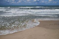 Vague déferlante sur la plage sablonneuse Image libre de droits
