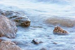 Vague déferlante sur le rivage rocheux Photo libre de droits