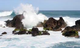 Vague déferlante tombant en panne sur un bord de la mer rocheux Images libres de droits
