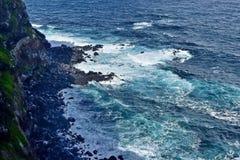 vague d?ferlante noire Ukraine de mer de la Crim?e de c?te La vague de mer d?compose contre les pierres Milliers ?claboussant des photographie stock libre de droits