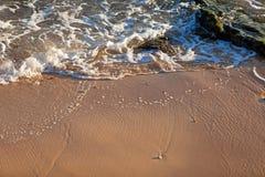 Vague d'océan bleu sur la plage sablonneuse Fond Photo libre de droits